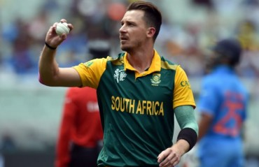 Still awaiting his chance in the Gujarat Lions outfit, pacer Steyn takes to street cricket in Mumbai