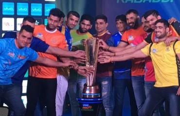 Pro Kabaddi: All 12 captains pose alongside trophy ahead of season 5