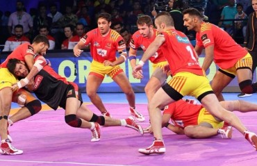 Pro Kabaddi: Gujarat Fortunegiants pip Bengaluru Bulls 27-24 to claim fourth successive home win