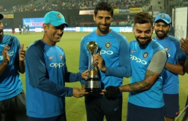 WATCH: Kohli awestruck after seeing Nehra's football skill in farewell match