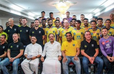 WATCH: KBFC squad & coaching staff pose with the Vice President of India