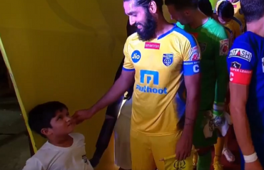 WATCH: KBFC captain Jhingan engages in a light-hearted conversation with a kid