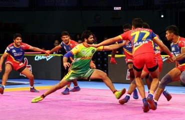 Phenomenal performance by Pardeep Narwal helps Patna Pirates bounce back (43-41) against UP Yoddha