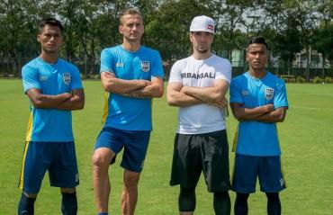Red Bull athlete Sean Garnier freestyling with Mumbai City FC players