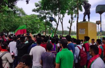 Mohun Bagan fans burn effigy in 'Break the Merger' protest