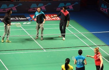 Akshay, Abhishek, Riteish entertain badminton fans