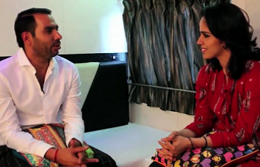 STAR MOVES: It's a cup of tea for Anup, while Saina prefers a banana! Watch the video