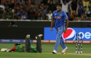 Pacer Umesh Yadav spends time with kids as the World T20 trophies reach the Orange city