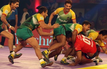 Dabang Delhi rout Patna Pirates to keep play-off hopes alive