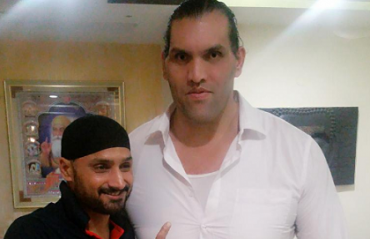 The Great Khali accepts Harbhajan's challenge to face some deliveries with the bat